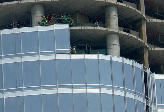 Установка стеклянных панелей на здании